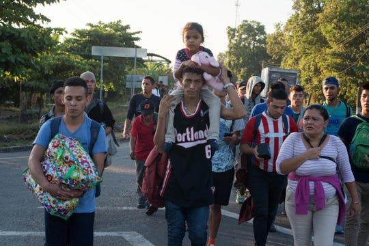 Los integrantes de esta nueva caravana ingresaron por el puente internacional Rodolfo Robles Valverde, en la fronteriza Ciudad Hidalgo, Chiapas, sin aceptar las medidas protocolarias que México está brindando a los migrantes.