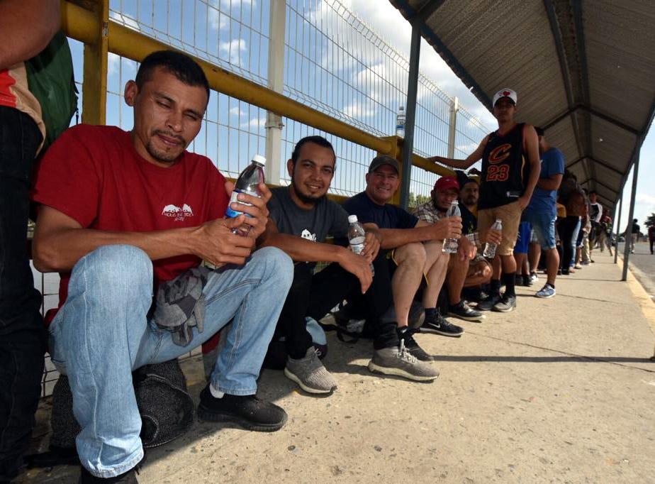 Un total de mil 114 migrantes de la nueva caravana de centroamericanos que salieron el lunes de Honduras ingresó a México de manera ordenada por el Puente Internacional Fronterizo Rodolfo Robles para iniciar trámites de regularización.