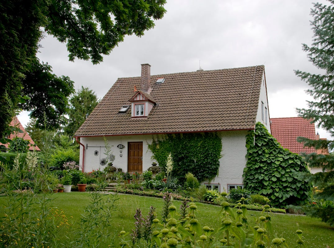 The Erfurt artist and Bauhaus student Margaretha Reichardt opened a hand-weaving workshop in 1933. This home in Germany was built in 1939 and still houses her living quarters on the ground floor.