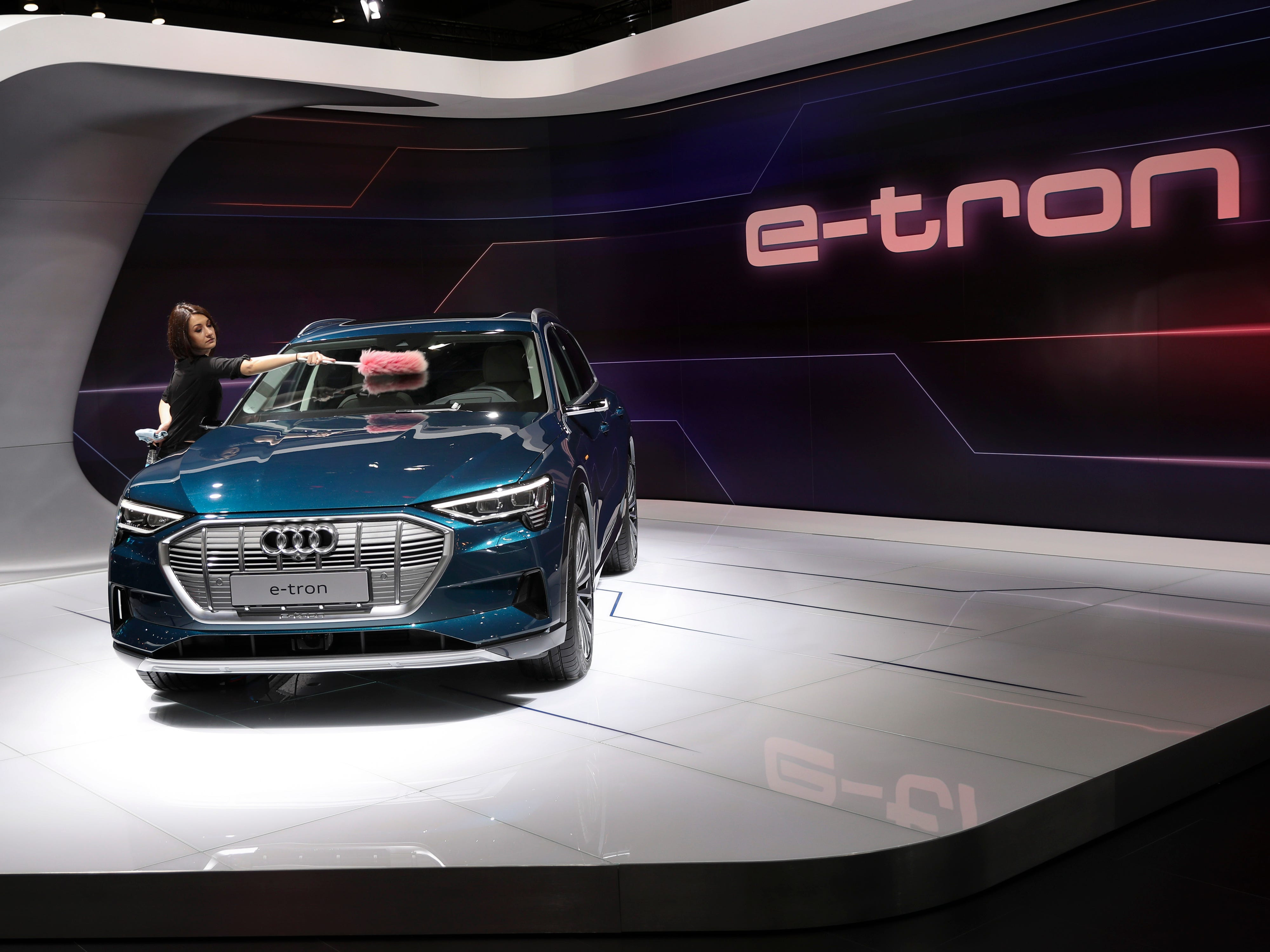 A worker removes the dust from the new Audi E-Tron.