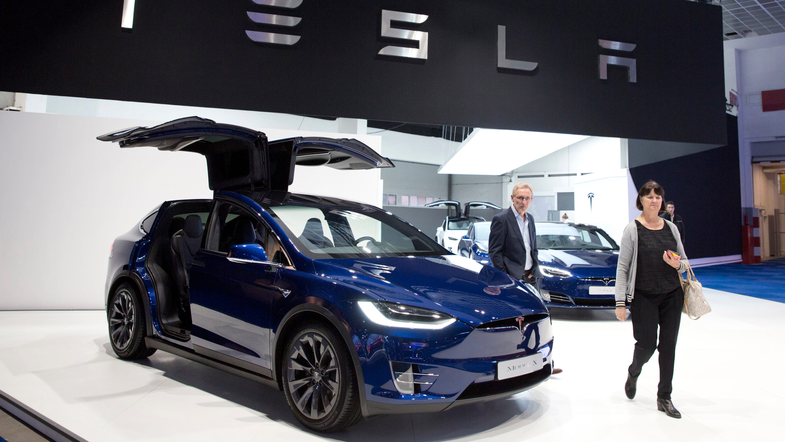 Farts, dogs and stoplight signals: A list of Tesla's updates, modes