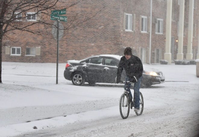 Metro Detroit can expect another 3 inches before snow tapers off Saturday evening.