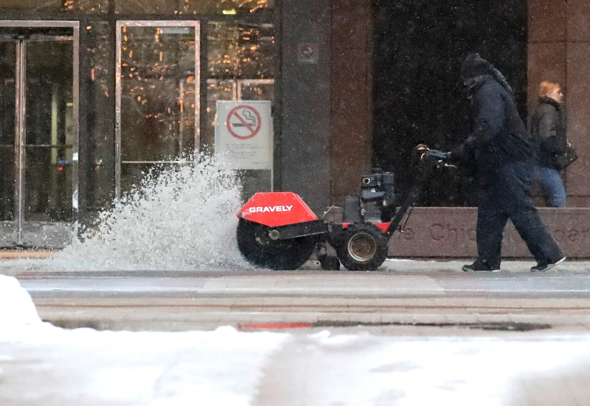 Winter storm forecast: Heavy snow slams Chicago, heads East