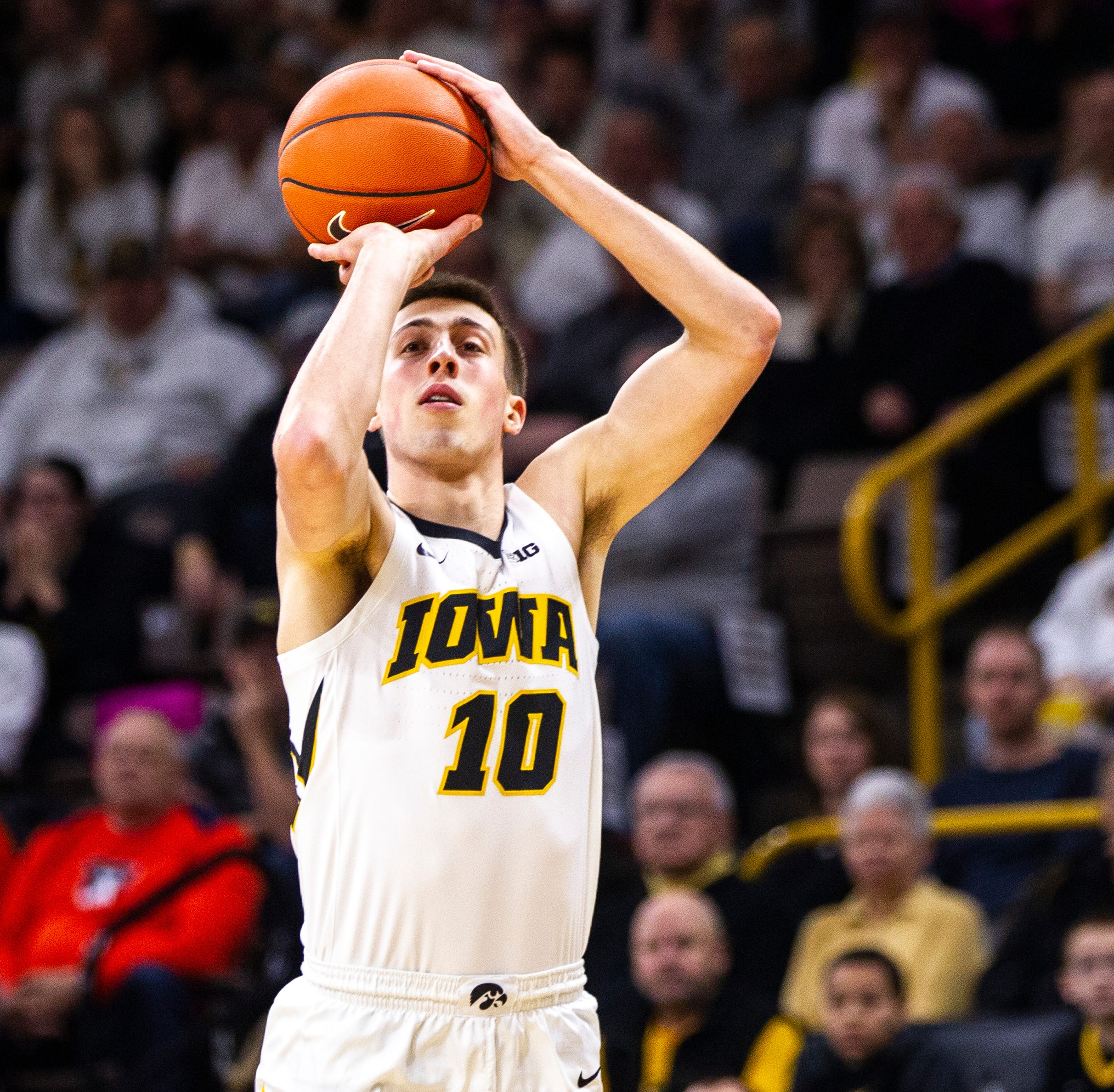 No. 24 Hawkeyes unleash 3-point barrage to pummel Illinois