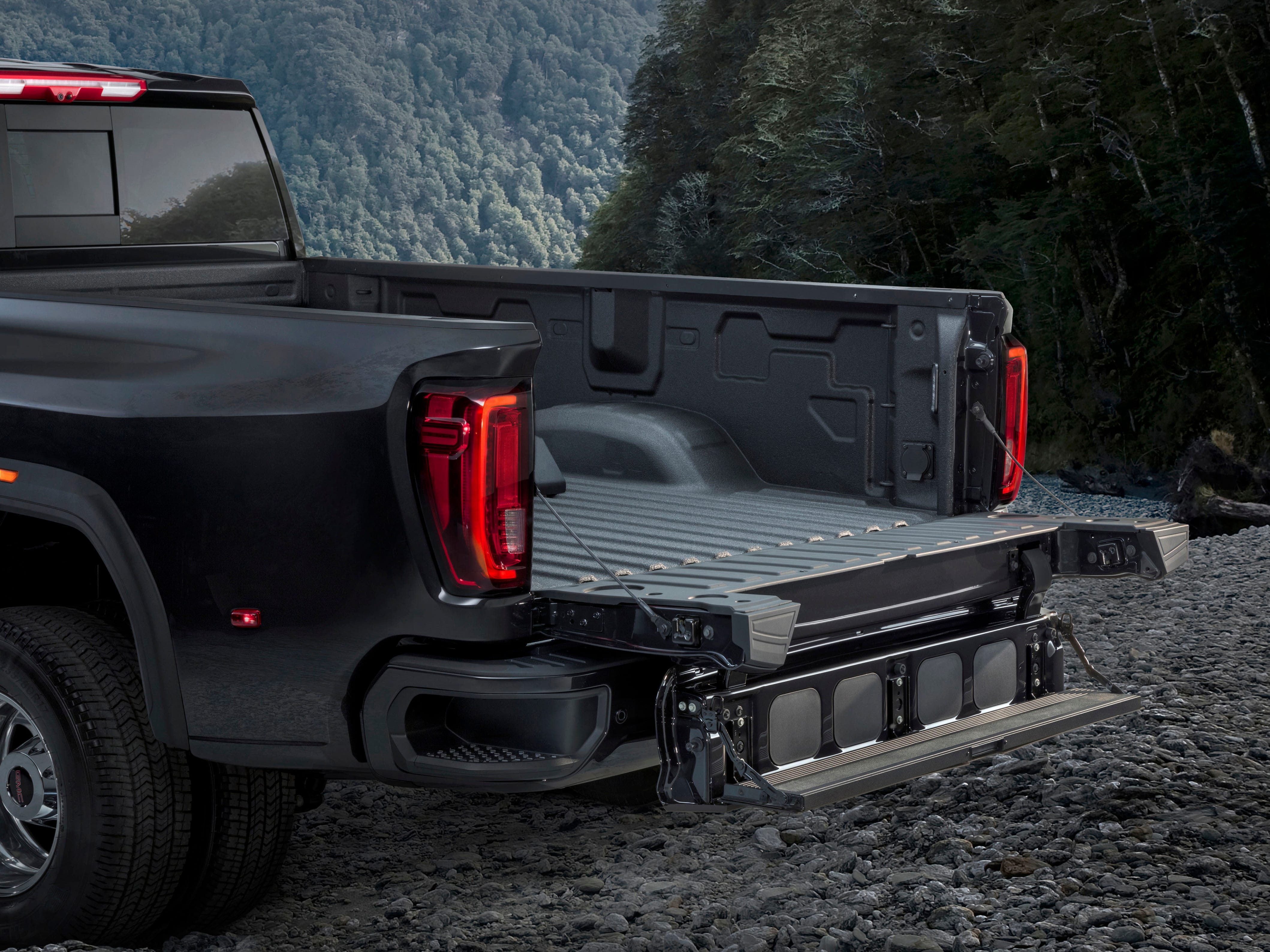 MultiPro, the world's first six-function tailgate, allows easier loading, unloading and bed access and is available on all trim levels including the 2020 GMC Sierra 3500 HD Denali.