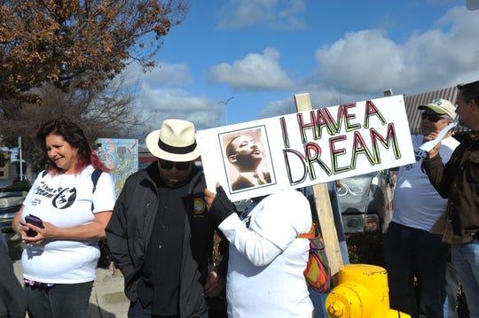 Luis Alejo, supervisor del condado de Monterey, habla con una persona durante la marcha de Martin Luther King Jr. en Salinas.