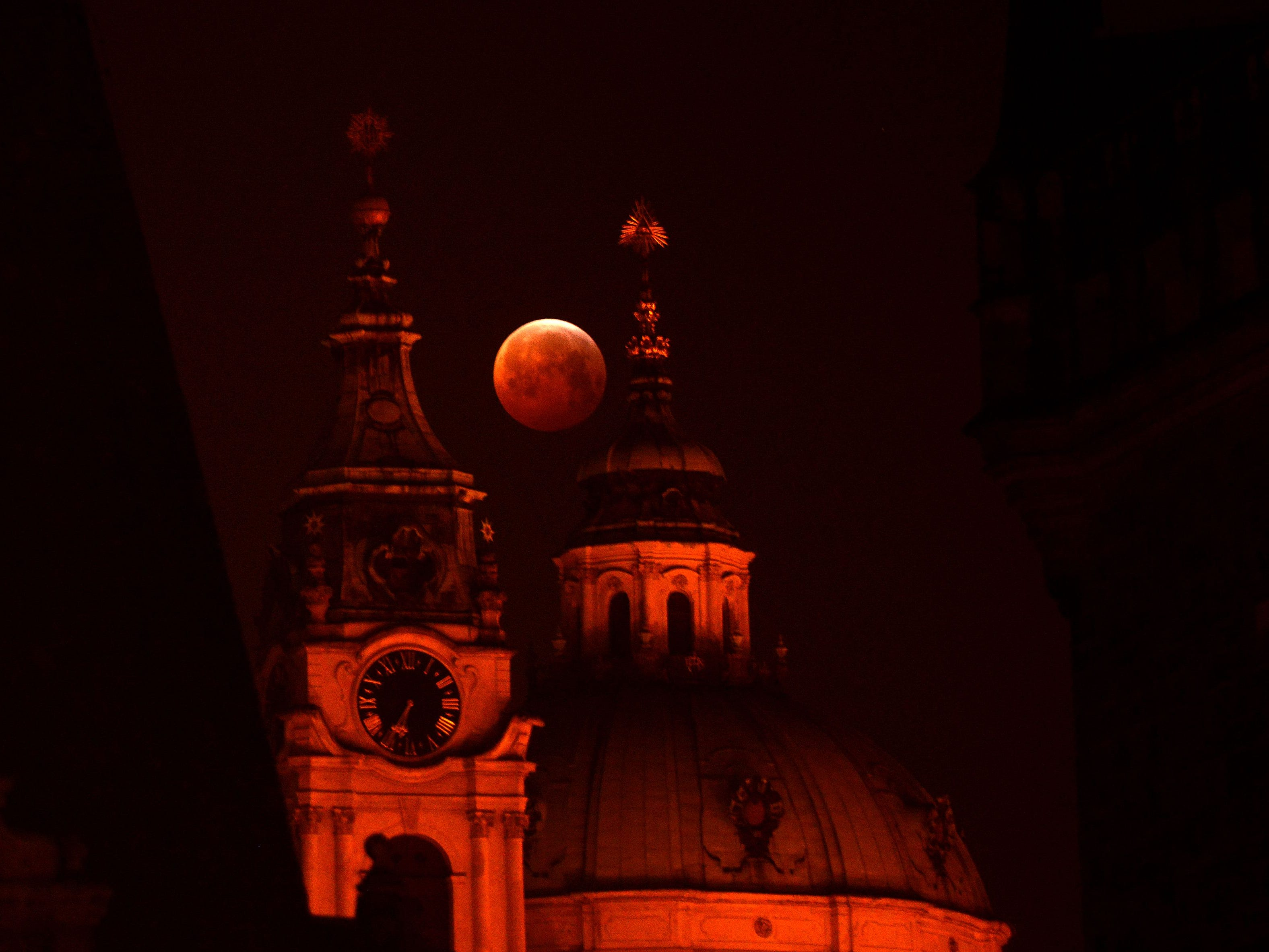 Stunning images of the super blood wolf moon