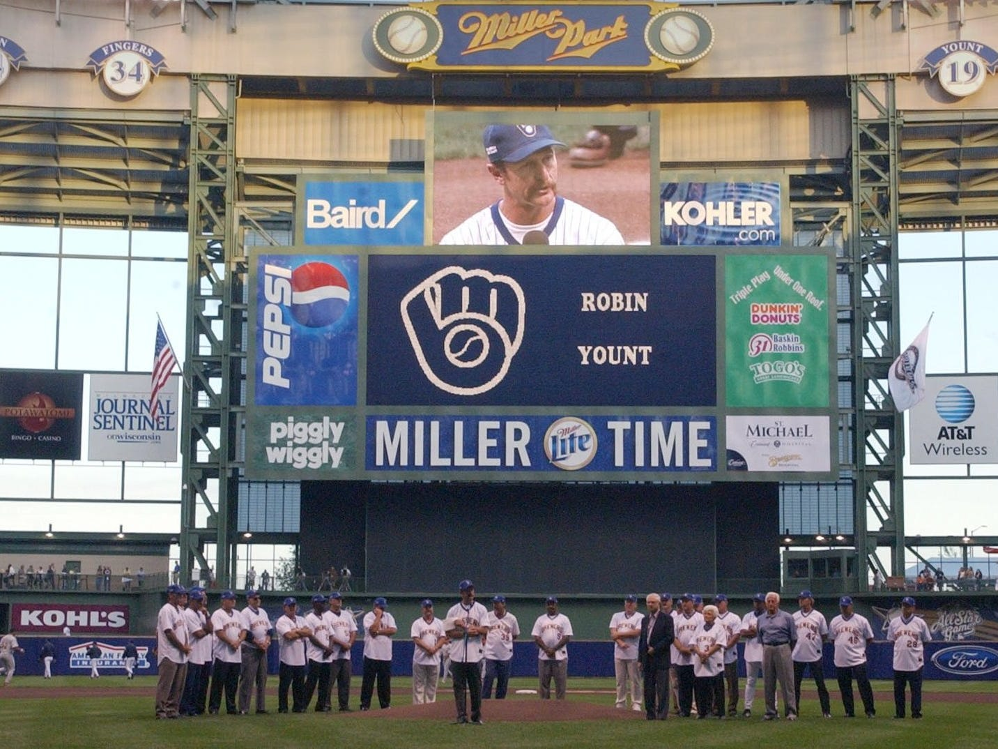 Hall of Famer and Brewers great Robin Yount addresses the crowd during the pregame ceremony celebrating the 20th anniversary of the 1982 American League Champions.