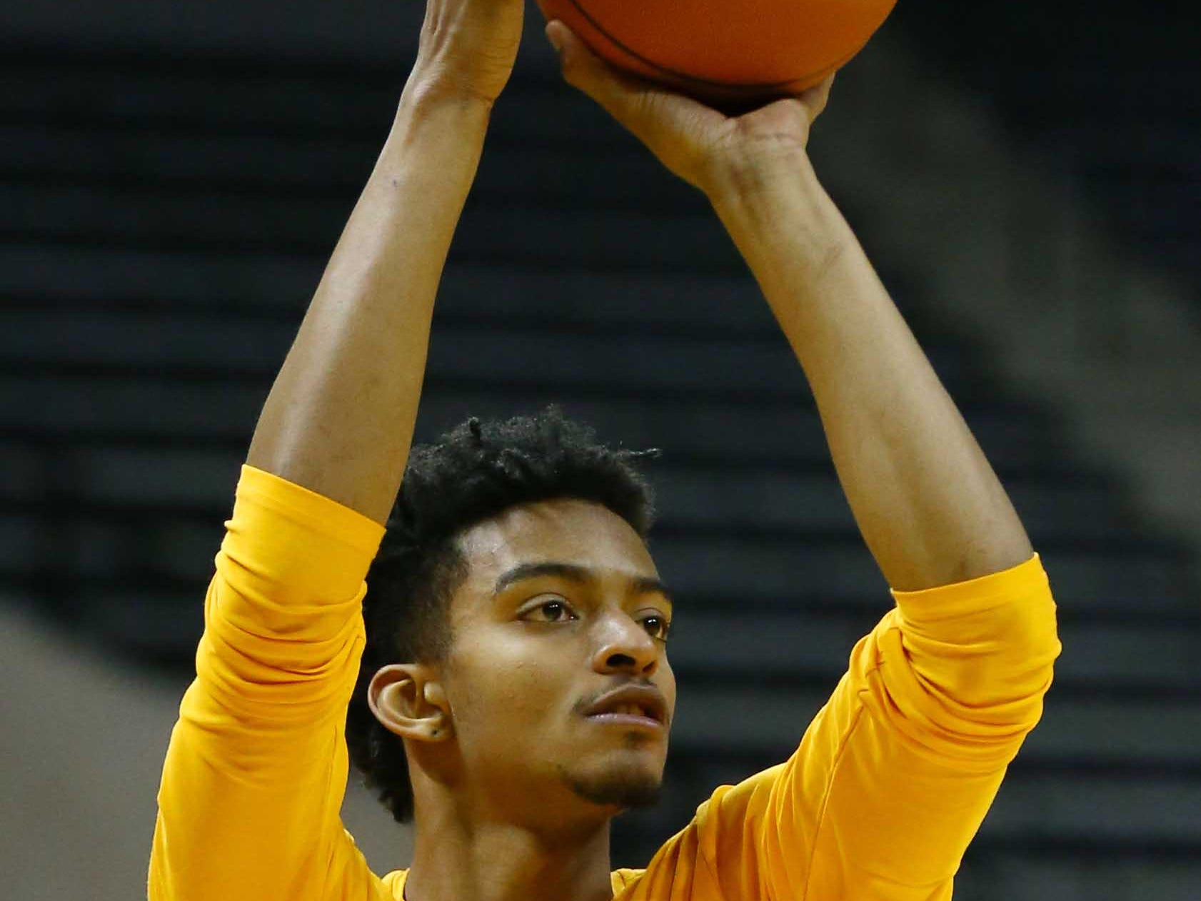 Tennessee Volunteers guard Jalen Johnson (13) warms up before the game against the Missouri Tigers at Mizzou Arena.