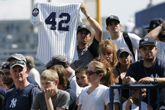Fanáticos de Yankees demuestran su amor por Mariano Rivera durante los entrenamientos primaverales del 2011.