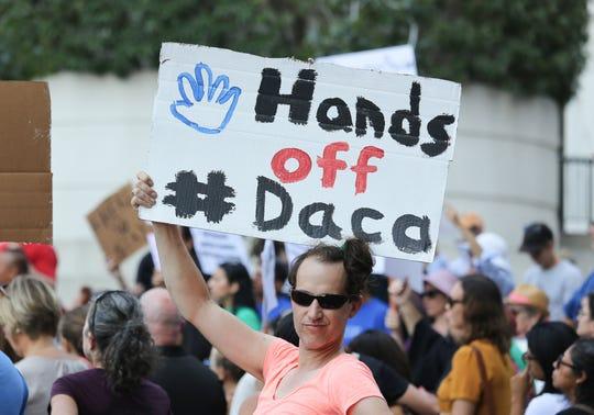 Inmigrantes y activistas de derechos humanos protestan contra la decisión del presidente estadounidense, Donald Trump, de poner fin al programa de Acción Diferida para los Llegados en la Infancia (DACA).