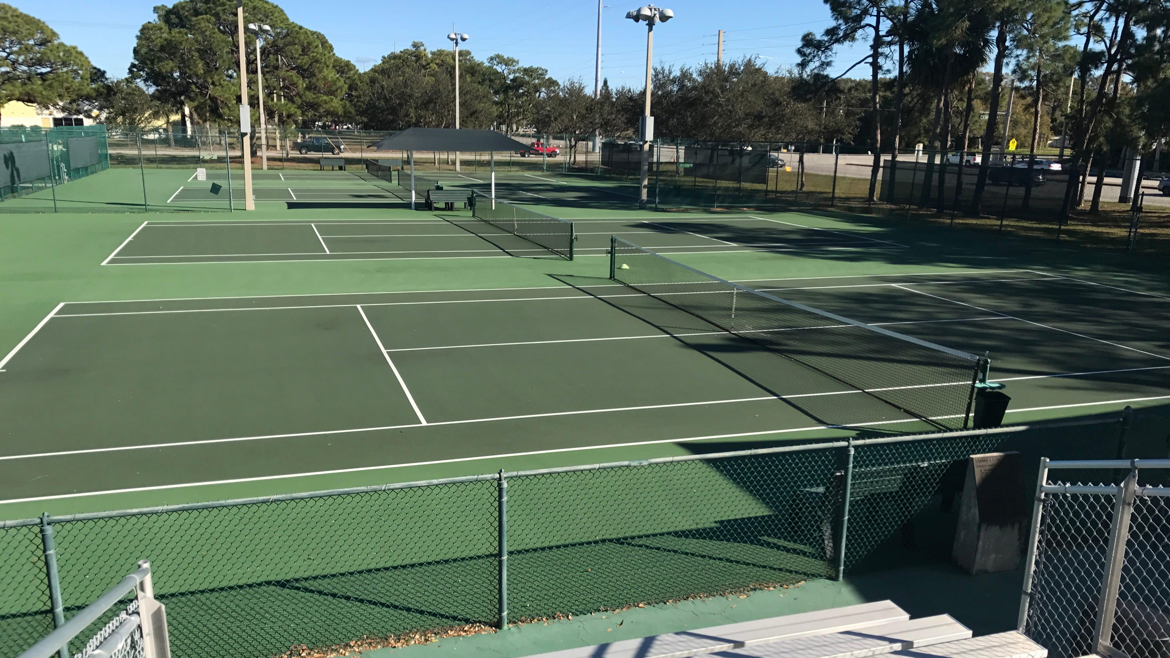 Plus d'une douzaine de courts de tennis publics à travers la Treasure Coast sont gratuits, y compris le Lawnwood Tennis Center à Fort Pierce.