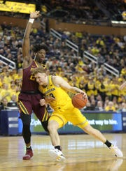 Michigan guard Ignas Brazdeikis drives against Minnesota forward Daniel Oturu during second half actionTuesday, January 22 , 2019 at the Crisler Center in Ann Arbor, Mich.