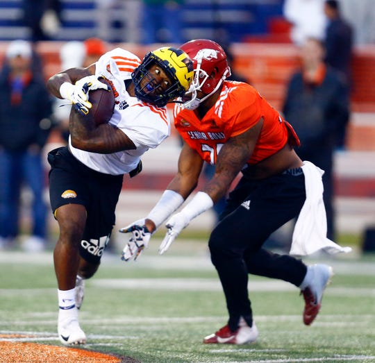North running back Karan Higdon of Michigan (22) carries the ball as North outside linebacker Dre Greenlaw of Arkansas (36) defends during practice Tuesday for Saturday's Senior Bowl.