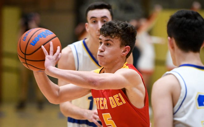 Mater Dei's Jonah Weinzapfel (5) passes to a teammate as the Mater Dei Wildcats play the Castle Knights in Paradise Tuesday, January 22, 2019.