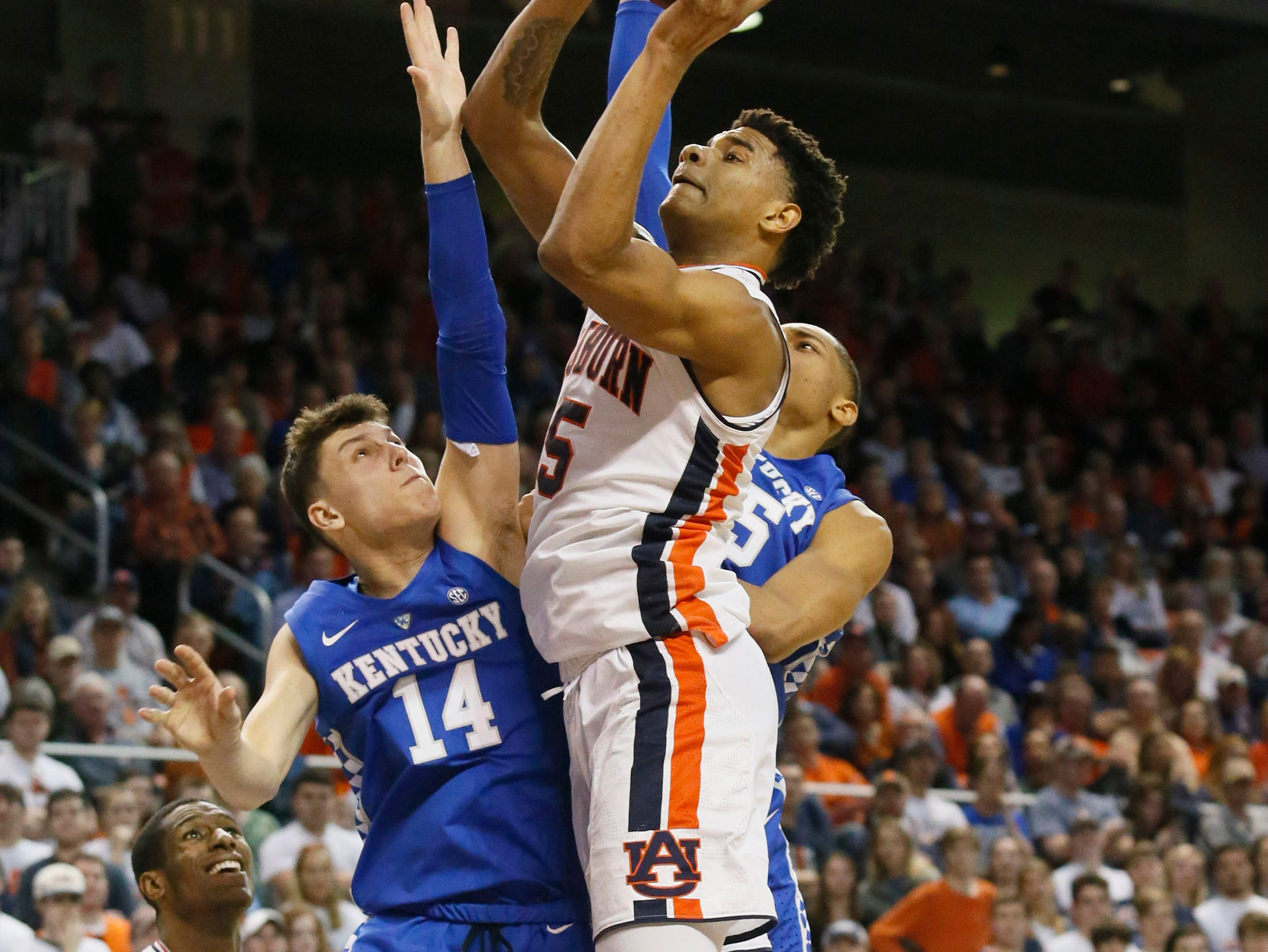 Jan 19, 2019; Auburn, AL, USA;  Kentucky Wildcats guard Tyler Herrd (14) tries to block Auburn Tigers forward Chuma Okeke (5) during the second half at Auburn Arena. Mandatory Credit: John Reed-USA TODAY Sports