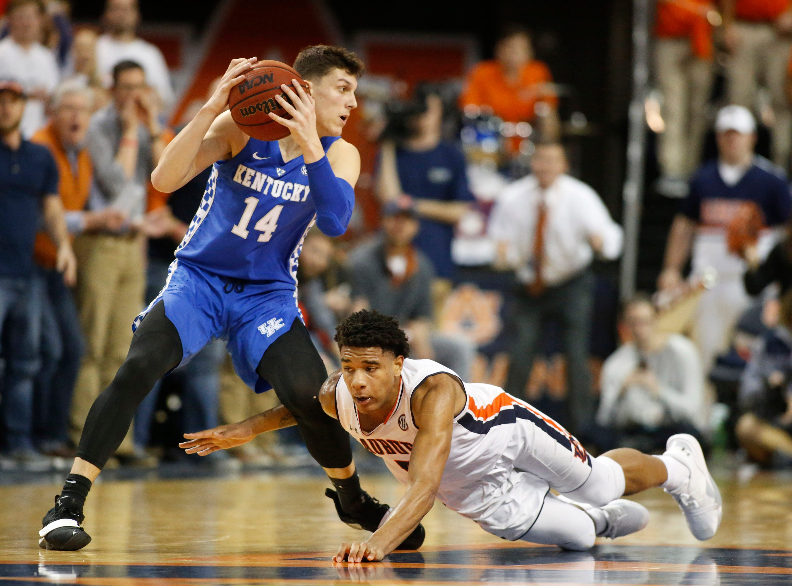 Jan 19, 2019; Auburn, AL, USA;  Kentucky Wildcats guard Tyler Herrd (14) comes up with the ball over Auburn Tigers forward Chuma Okeke (5) during the second half at Auburn Arena. Mandatory Credit: John Reed-USA TODAY Sports