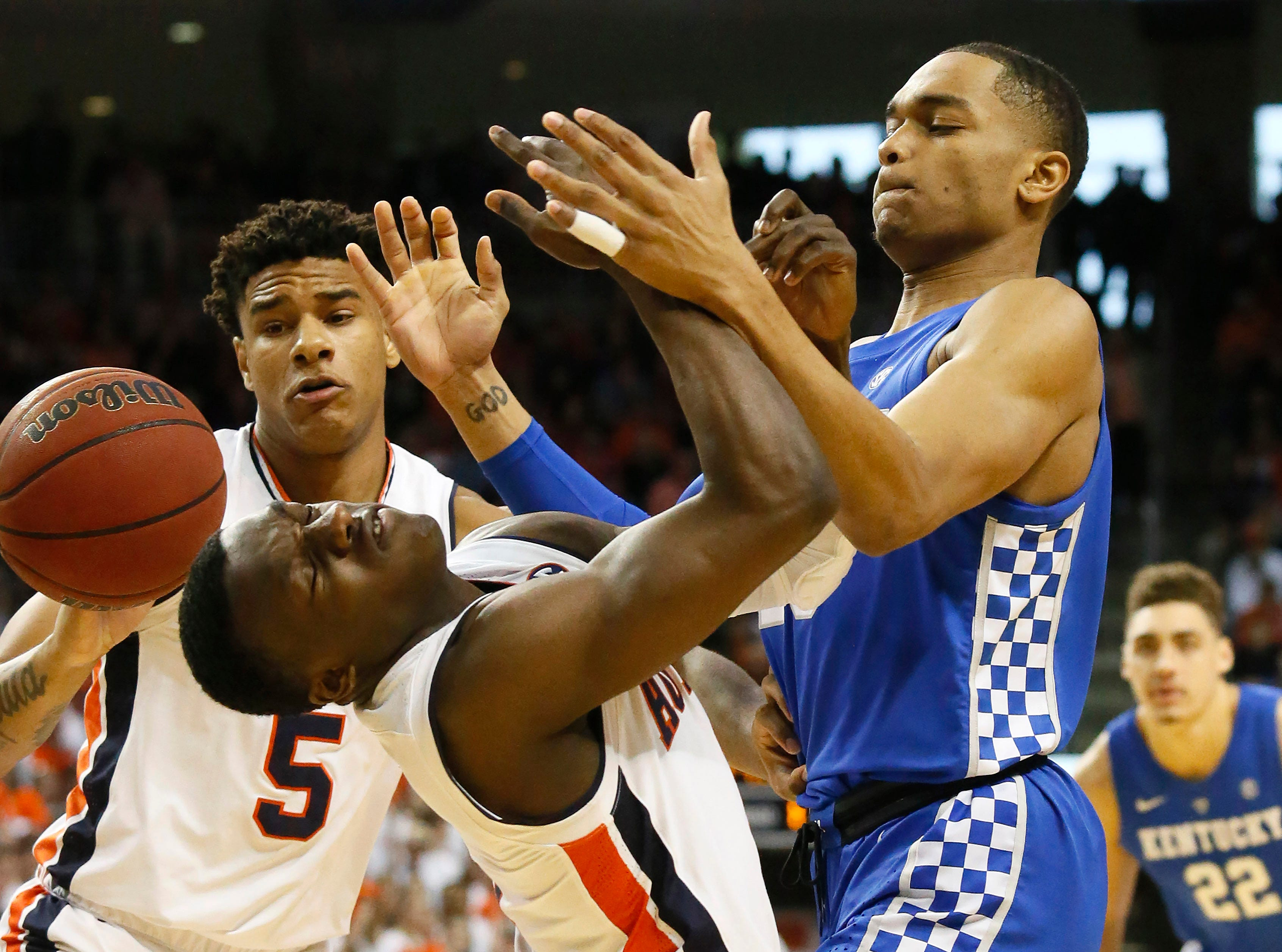 Jan 19, 2019; Auburn, AL, USA; Auburn Tigers guard Jared Harper (10) has a rebound bounce off his head as Kentucky Wildcats forward PJ Washington (25) pressures during the first half at Auburn Arena. Mandatory Credit: John Reed-USA TODAY Sports