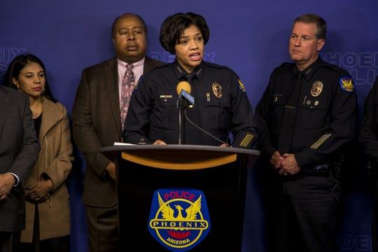 La jefa de policía de Phoenix, Jeri Williams, anuncia la detención en una rueda de prensa.