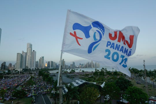 Feligreses asisten a la ceremonia de apertura del Congreso Juvenil Católico que se celebra en Panamá.