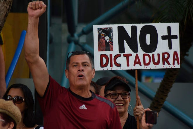 Una persona en Venezuela protesta contra la dictadura.