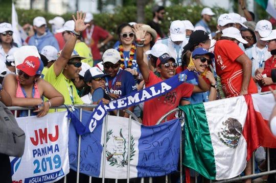 Jóvenes panameños ondean banderas latinoamericanas.