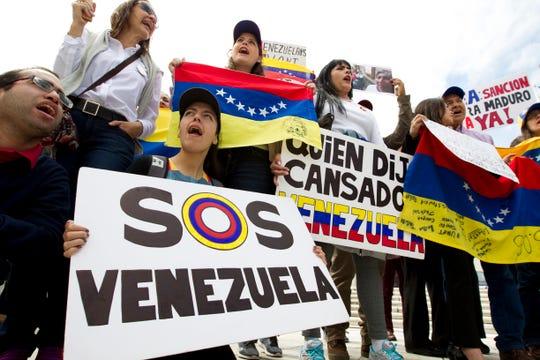 Gente en Venezuela se manifiesta en contra del gobierno de Nicolás Maduro.
