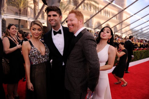 1/25/15 4:17:34 PM -- Los Angeles, CA, U.S.A  -- Ariel Winter (r) jumps into a photo with Sarah Hyland, Justin Mikita and Jesse Tyler Ferguson at the arrivals for the 21st Screen Actors Guild Awards at the Shrine Auditorium in Los Angeles, CA     Photo by Robert Hanashiro, USA TODAY Staff ORG XMIT:  RH 132370 2015 SAG AWARDS 1/22/2015 (Via OlyDrop)
