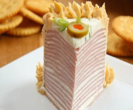 Until it was cut, Bologna Cake looked like a regular dessert cake.