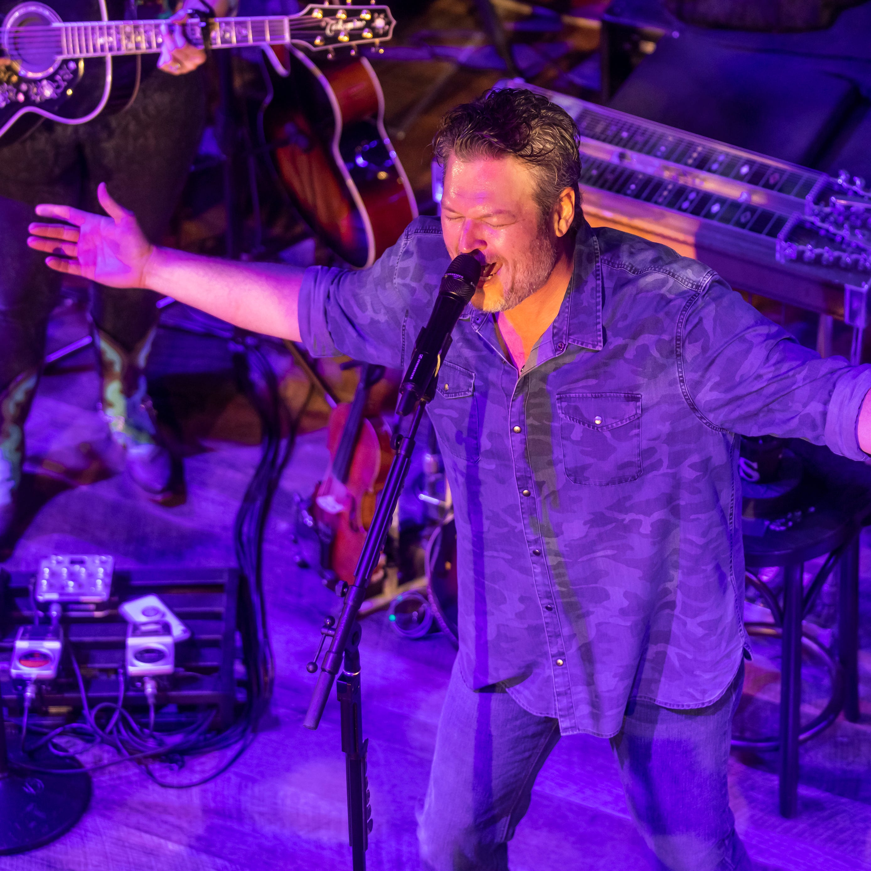 Blake Shelton dives into old hits, delivers fan favorites during two-hour surprise show