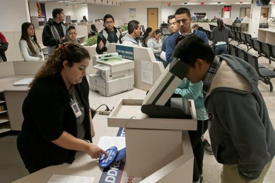 Mas de 250 soñadores hicieron línea para conseguir la preciada licencia de manejar gracias al fallo de un juez federal que permitió la emisión de las mismas.