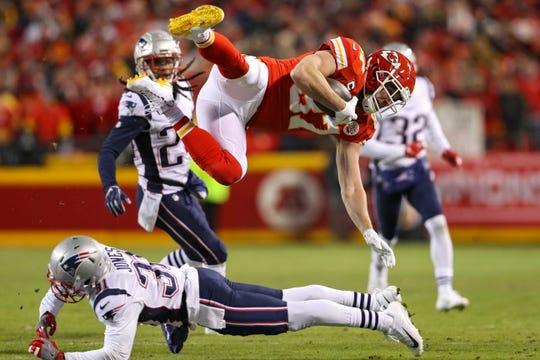 La defensiva de los Patriots derriba a Travis Kelce en el juego de campeonato de la AFC.