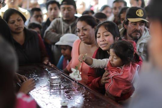 Gente despide a sus familiares, falleciddos en la explosion del oleoducto en Mexico.