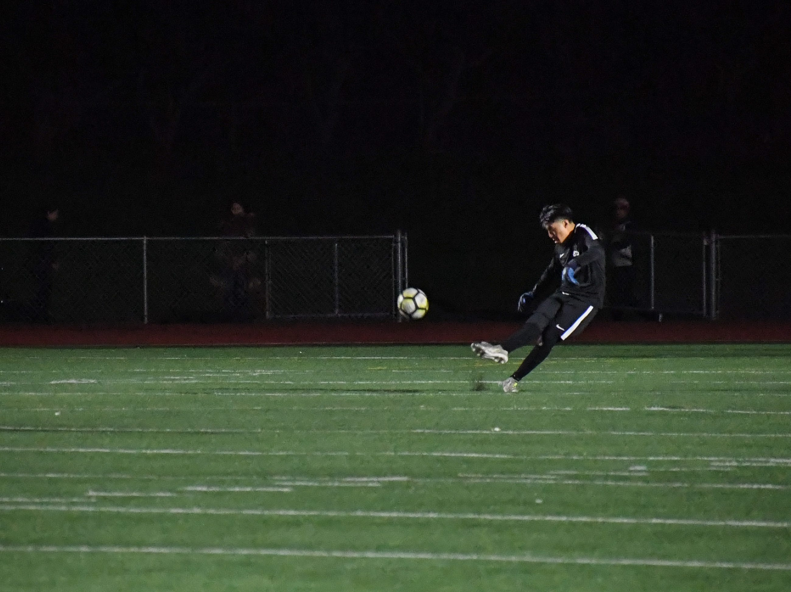 Alisal keeper Luis Canseco (1) powers the ball towards the attacking side.