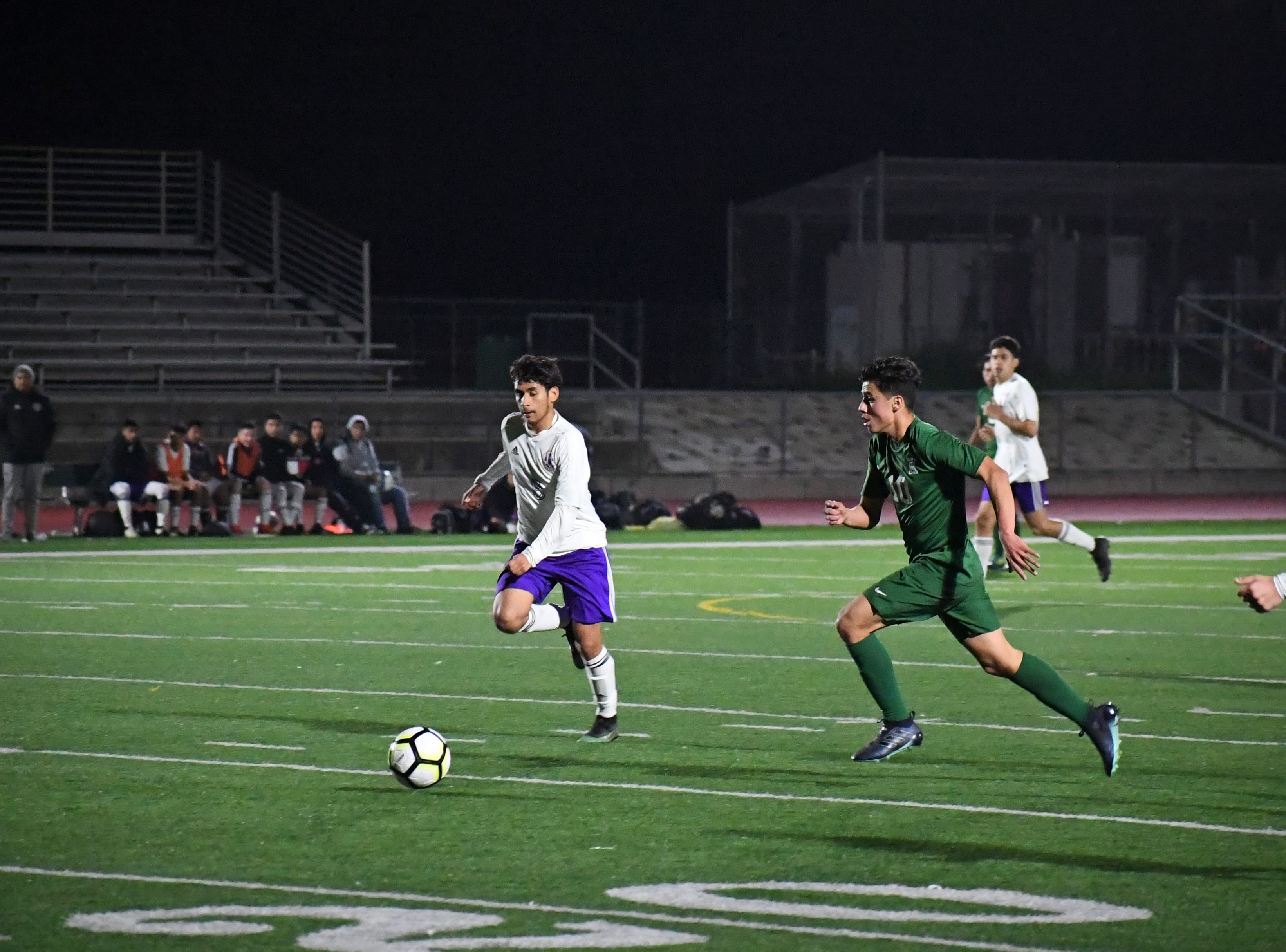 Alisal midfielder Jacob Cabrera (10) prepares to pass to Abraham Montaño on the attack.