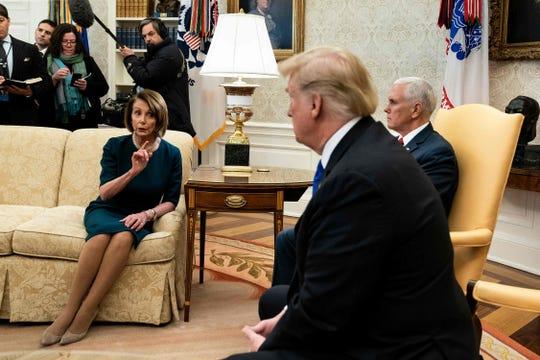 Nancy Pelosi y Donald Trump discuten.