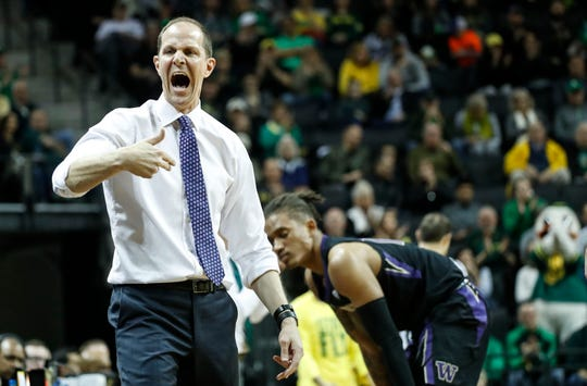 Washington head coach Mike Hopkins gives direction against Oregon during an NCAA college basketball game Thursday, Jan. 24, 2019, in Eugene, Ore. (AP photo/Thomas Boyd)