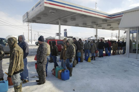 People wait in long lines all around town, as in this case waiting for kerosene at the E-Z Shop on 41, Wednesday afternoon, January 28, 2009.