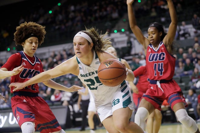 UWGB senior Lyndsey Robson, pictured in a game against Illinois-Chicago, had 18 points in the Phoenix's 62-46 win over Purdue Fort Wayne on Friday night.