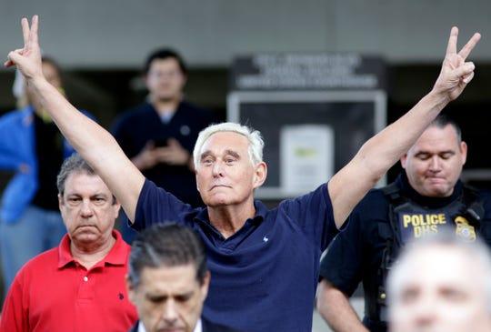 Roger Stone, ex colaborador de Trump, camina afuera de la corte federal.