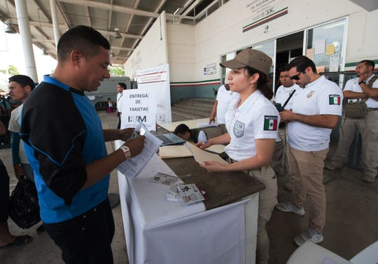 Migrantes centroamericanos procesan sus solicitudes con autoridades mexicanas.