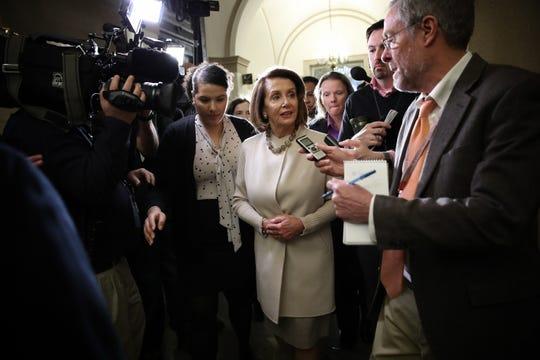 Nancy Pelosi, líder de la mayoría en la Cámara de Representantes, sale de una reunión en el Capitolio en Washington.