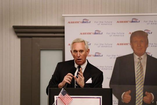 A Roger Stone se le acusa de manipulación de testigos, obstrucción y declaraciones falsas acerca de sus interacciones relacionadas con la divulgación por parte de WikiLeaks.