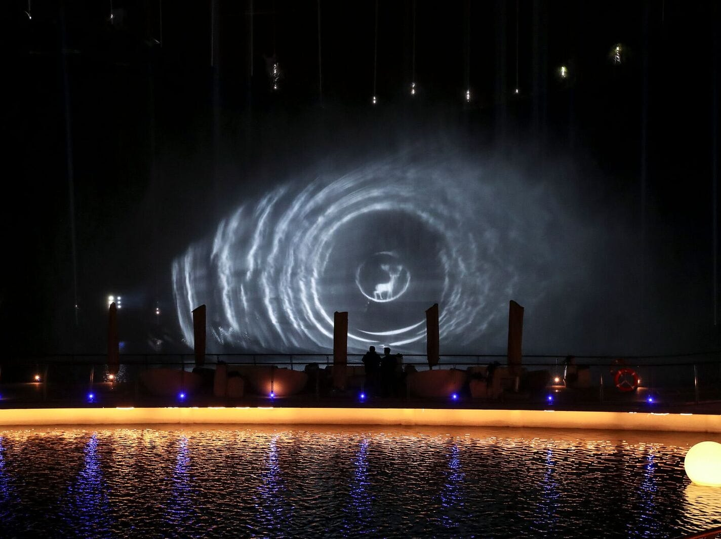 Set to music, the show includes dancing lights from all sides of the quarry in addition to coordinated fountain performances.