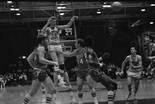 Florida State's Dave Cowens makes a pass against Valdosta State.