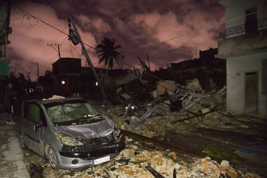 Un auto dañado se ve entre los escombros en el vecindario de Luyano en La Habana, azotado por un tornado, el 28 de enero de 2019. Un raro y poderoso tornado que azotó a La Habana mató a tres personas y dejó 172 heridos, dijo el presidente cubano Miguel Díaz-Canel.