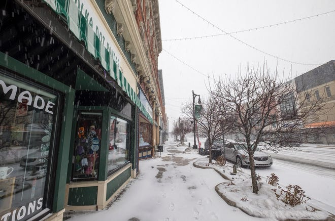 Snow continues to fall in downtown Port Huron early Monday afternoon, Jan. 29, 2019.