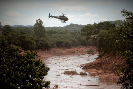 Firefighters engage half in the quest and rescue work of the victims of the dam breakage of the firm Vale, in Brumadinho, municipality of Minas Gerais, Brazil, 27 January 2019.