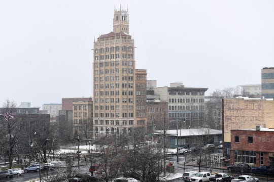 A dusting of snow falls on downtown on Jan. 29, 2019. The forecast predicts up to three inches of snow and icy road conditions.
