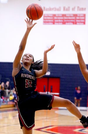 Riverdale's Aislynn Hayes (11) shoots the ball during the game against Oakland on Monday Jan. 28, 2019.